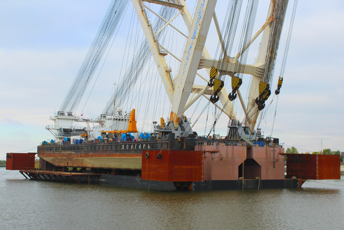 The docking of the floating crane Volgar completed.